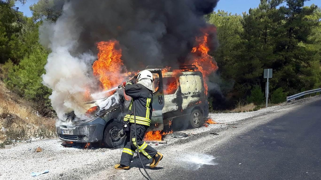 Muğla'nın Seydikemer ilçesinde hareket halindeki seyir halindeki araç tamamen yandı.